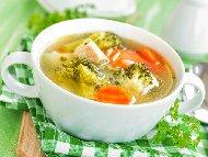 Пилешка супа с месо от гърди, броколи, морков, лук, прясно мляко и сирене пармезан